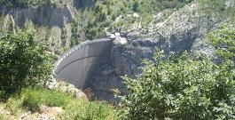 diga del vajont dall'alto / vajont dam from the top view - photo fondazione vajont